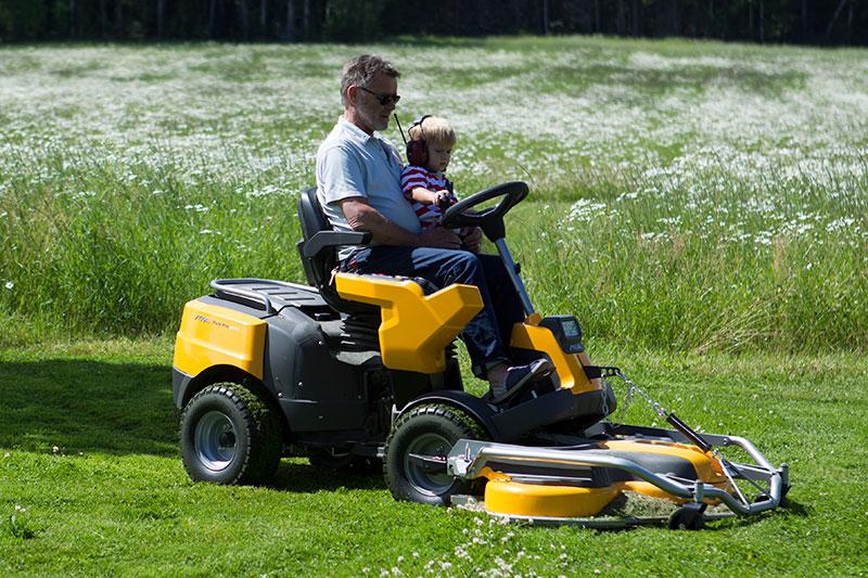 Gräsklippare med morfar