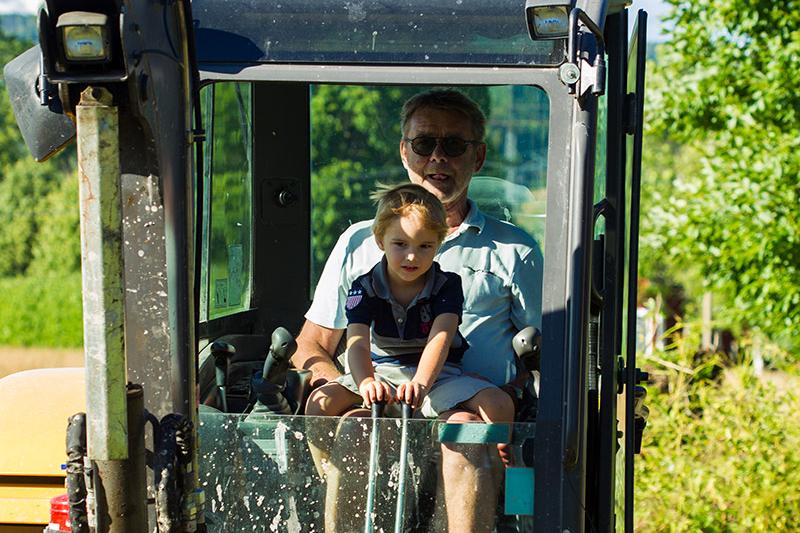 Grävmaskin med morfar
